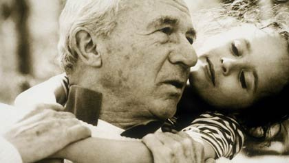 Abuelo con nieta divirtiendose
