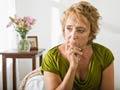 Mujer luciendo preocupada y pensativa