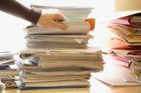 Columnas de papeles y documentos. Presupuesto de seguridad social.