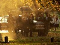 Un funeral en un día lluvioso