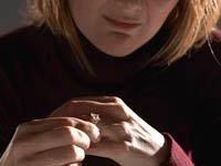 Mujer quitándose su anillo de matrimonio