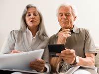 Pareja de adultos mayores organizando sus finanzas