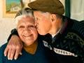 Pareja de hispanos mayores mostrándose afecto