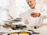 Hombre mayor mirando una mesa de cuentas