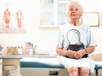 Mujer mayor en un consultorio médico