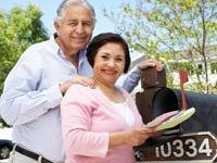Pareja de hispanos mayores recogiendo su correo - Quienes pueden recibir beneficios del seguro social
