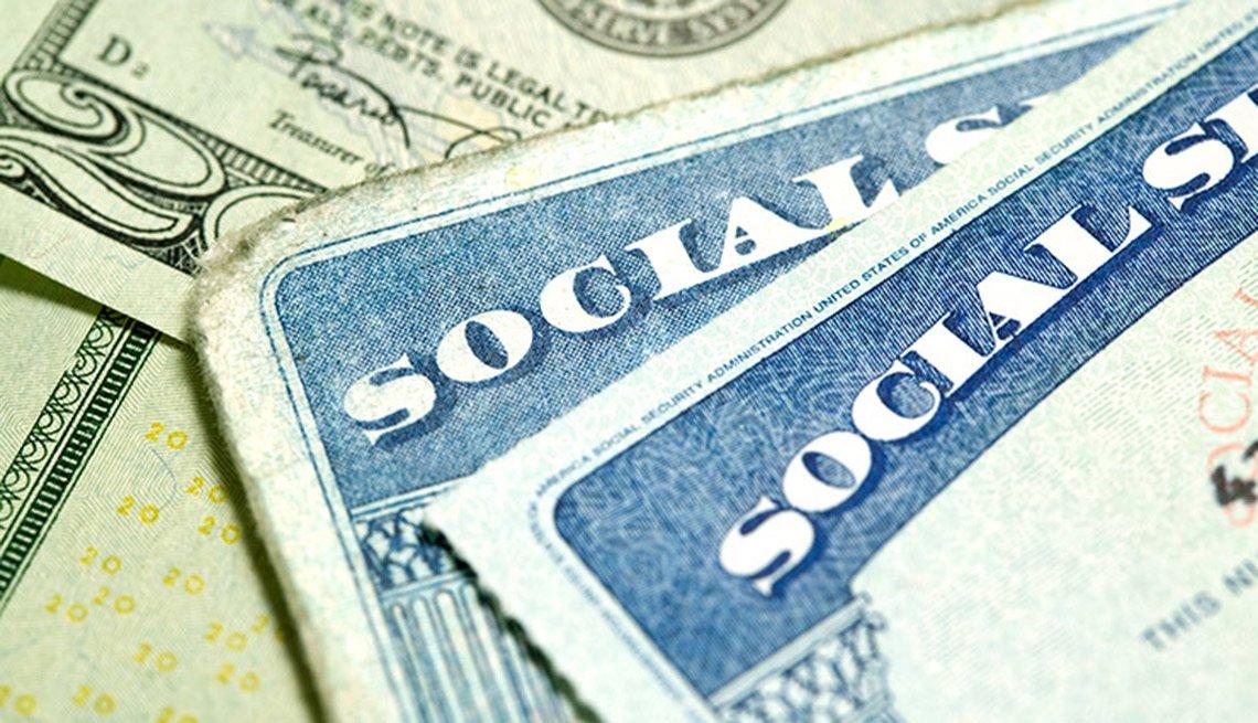 Tarjeta de Seguro Social y el dinero - AARP preguntas hechas sobre el seguro social