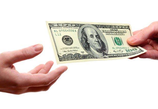 Manos con un billete de $100 - Preguntas sobre el seguro social