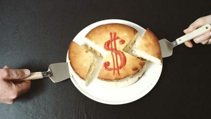 Una torta con el símbolo de dólar - Calcule los beneficios del seguro social