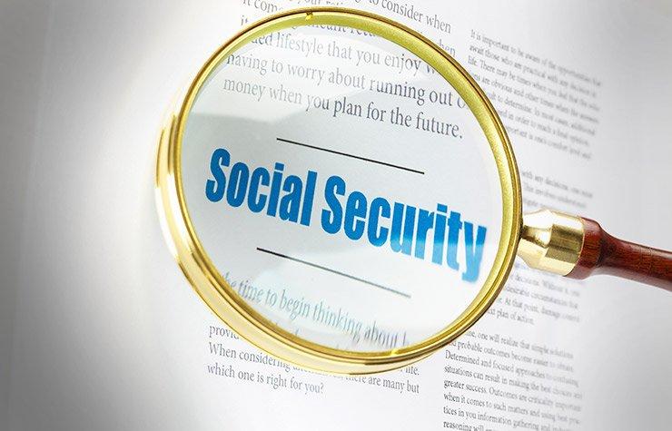 Imagen de una lupa sobre unas letras - Mitos del Seguro Social