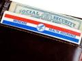 Una billetera con las tarjetas del Seguro Social y el Medicare