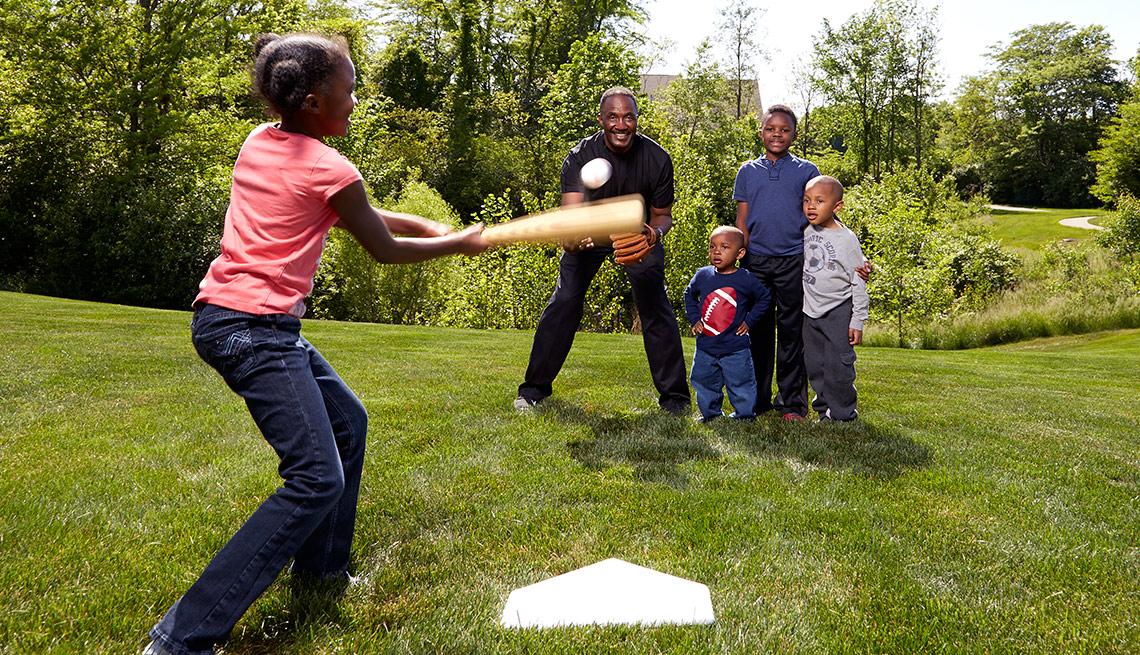 Joe Everett juega béisbol con sus nietos - Beneficiados con el Seguro Social