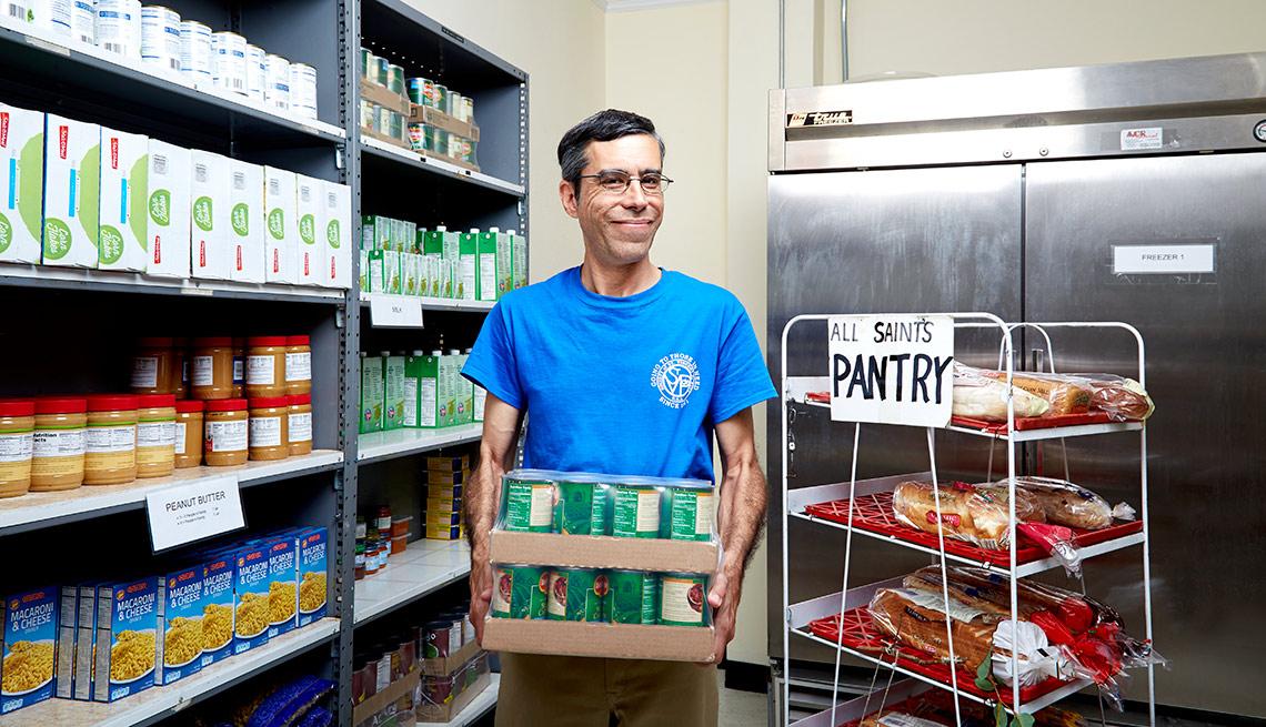 Ronnie McNab trabaja como voluntario en All Saints Catholic Church - Beneficiados del Seguro Social