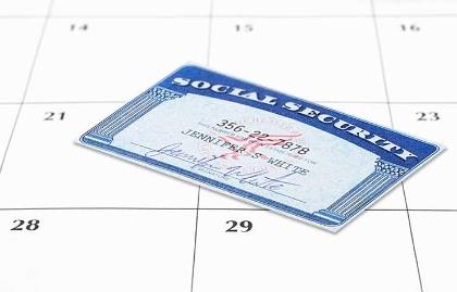 Tarjeta del Seguro Social encima de un calendario - Cuándo solicitar los beneficios del retiro