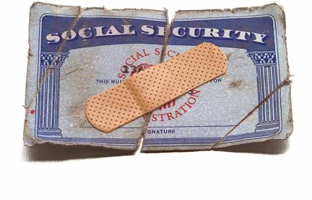 Tarjeta del Seguro Social con una cura encima - Qué piensan los hispanos de los ahorros jubilatorios