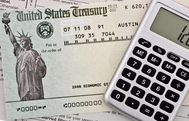 Imagen de un bono del tesoro debajo de una calculadora porque puedes apelar una decisión del Seguro Social