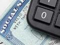 Una calculadora y una tarjeta del Seguro Social para calcular tus beneficios de la jubilación