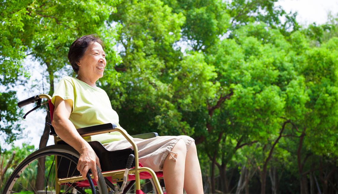 Asiática adulta en silla de ruedas