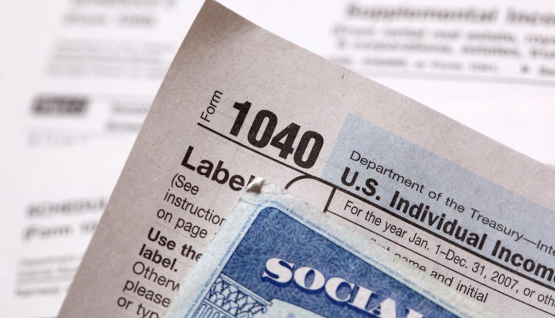 Formulario 1040 y tarjeta del Seguro Social