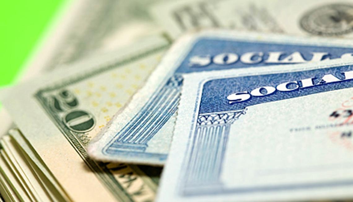 Dinero y tarjetas del Seguro Social