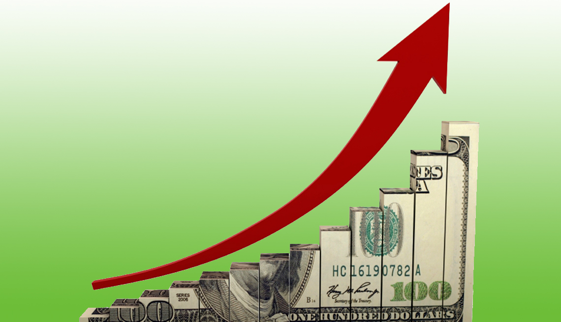 Billete de 100 dólares cortado en escalera con una línea curva que apunta hacia arriba
