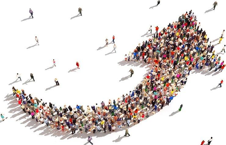 Flecha apuntando hacia arriba hecha con personas