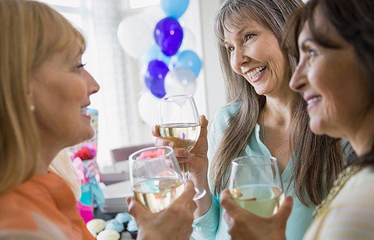 Mujeres en una fiesta y con copas de vino