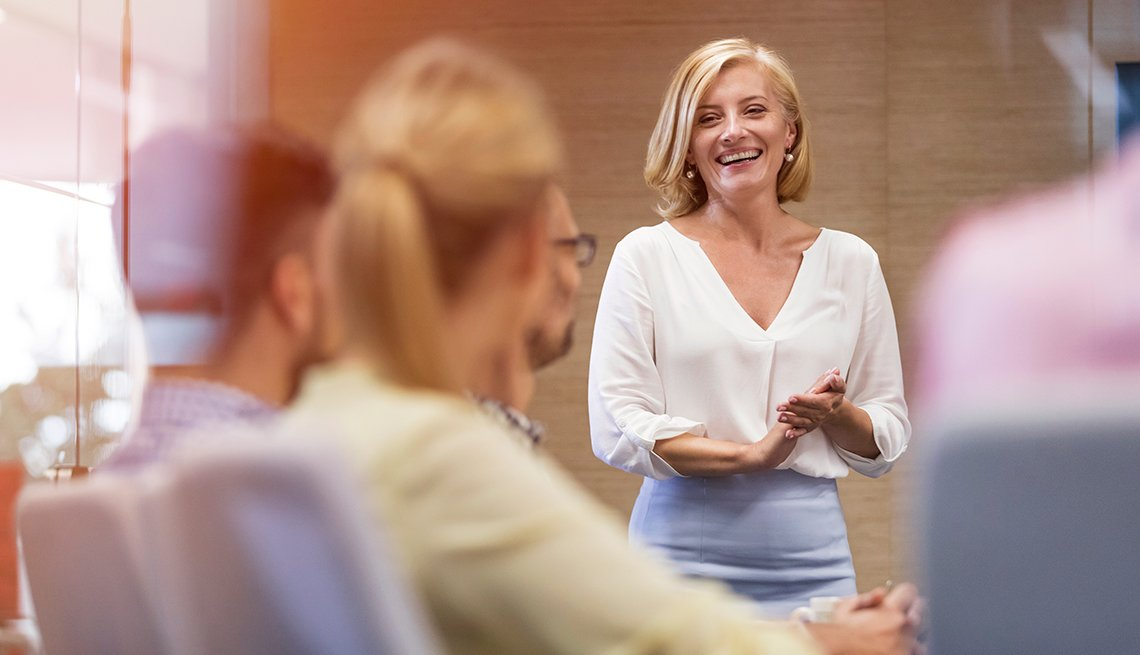Mujer hablando frente a un grupo de personas