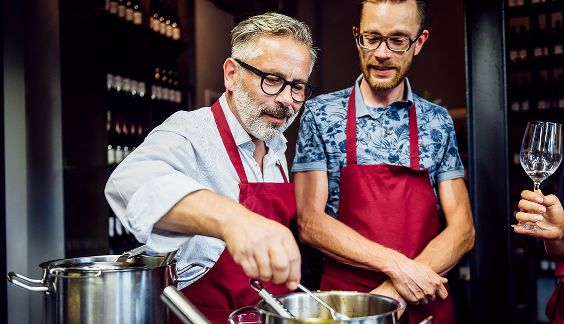 Dos hombres en una escuela culinaria.