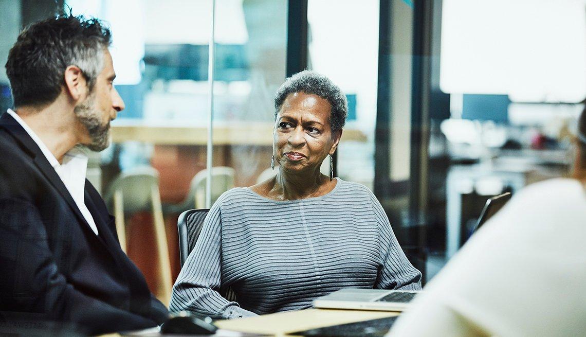 Hombre y mujer en una sala de trabajo en una oficina