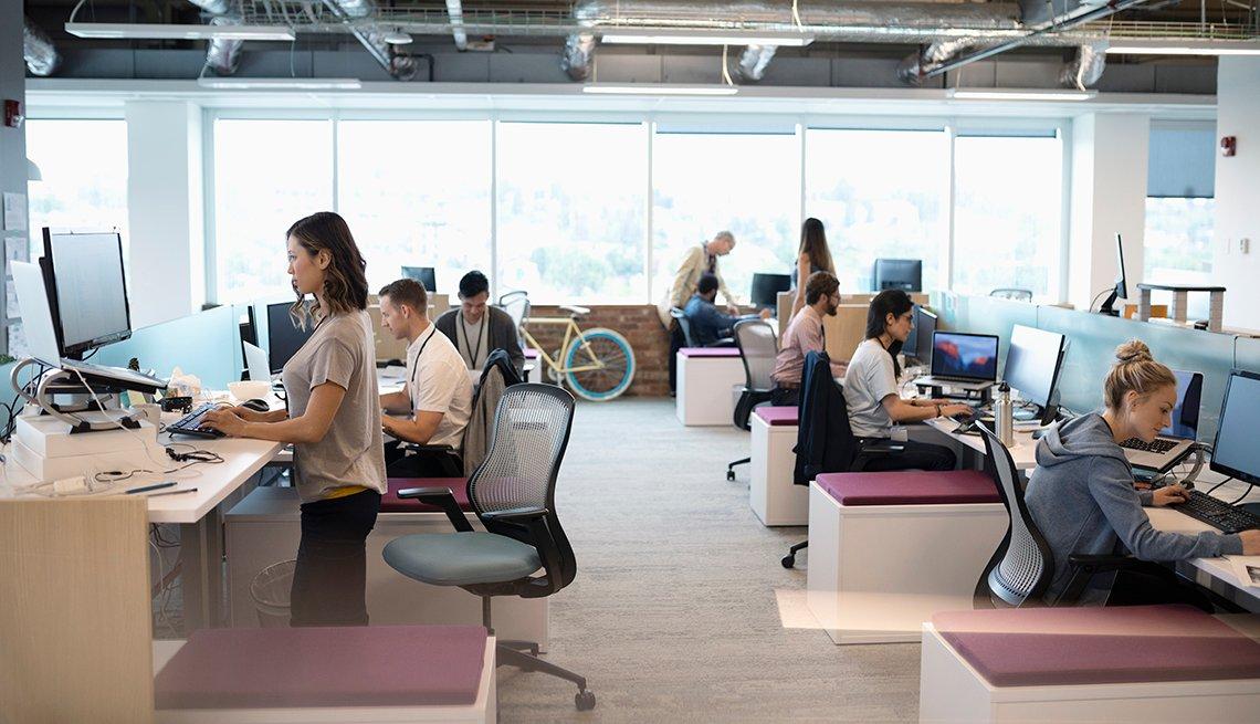 Personas en una oficina de espacio abierto