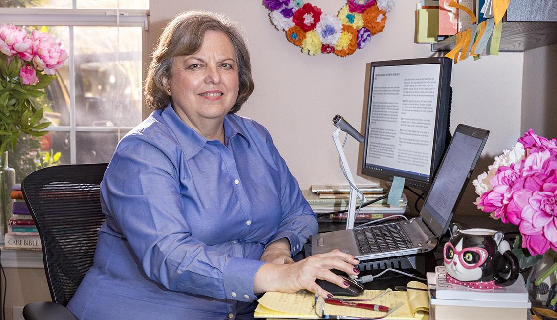 item 6 of Gallery image - Diana Hood trabajando desde la oficina de su casa