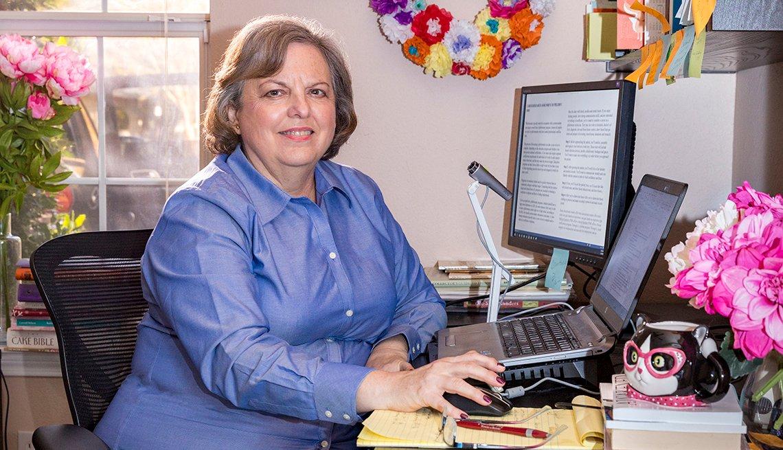 item 6, Gallery image. Diana Hood trabajando desde la oficina de su casa.