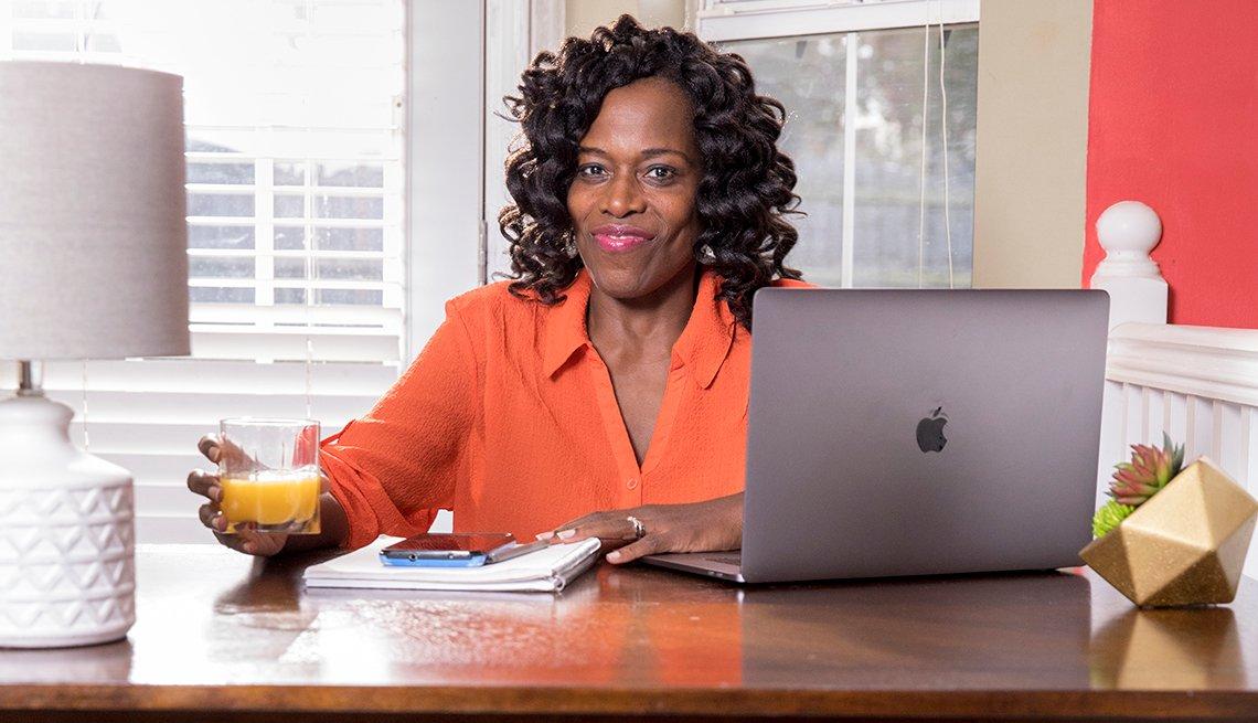 item 5, Gallery image. Leslie Bailey-Clarke trabajando desde la oficina de su casa.