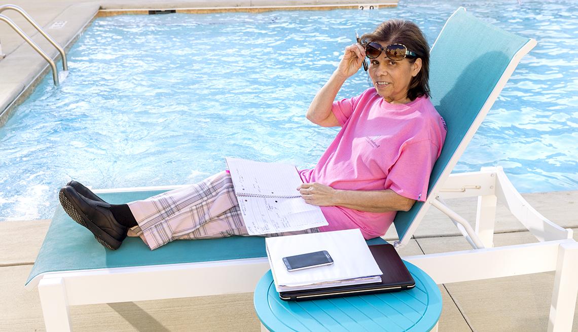 item 4 of Gallery image - Norma Oquendo trabajando desde una piscina.