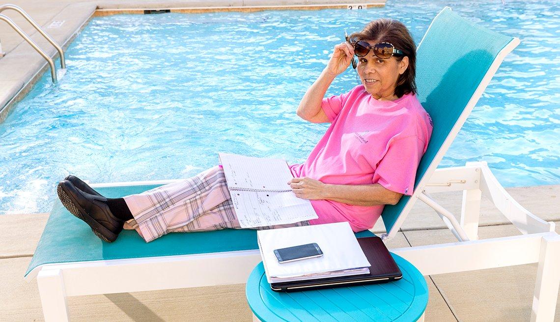 item 4, Gallery image. Norma Oquendo trabajando desde una piscina.