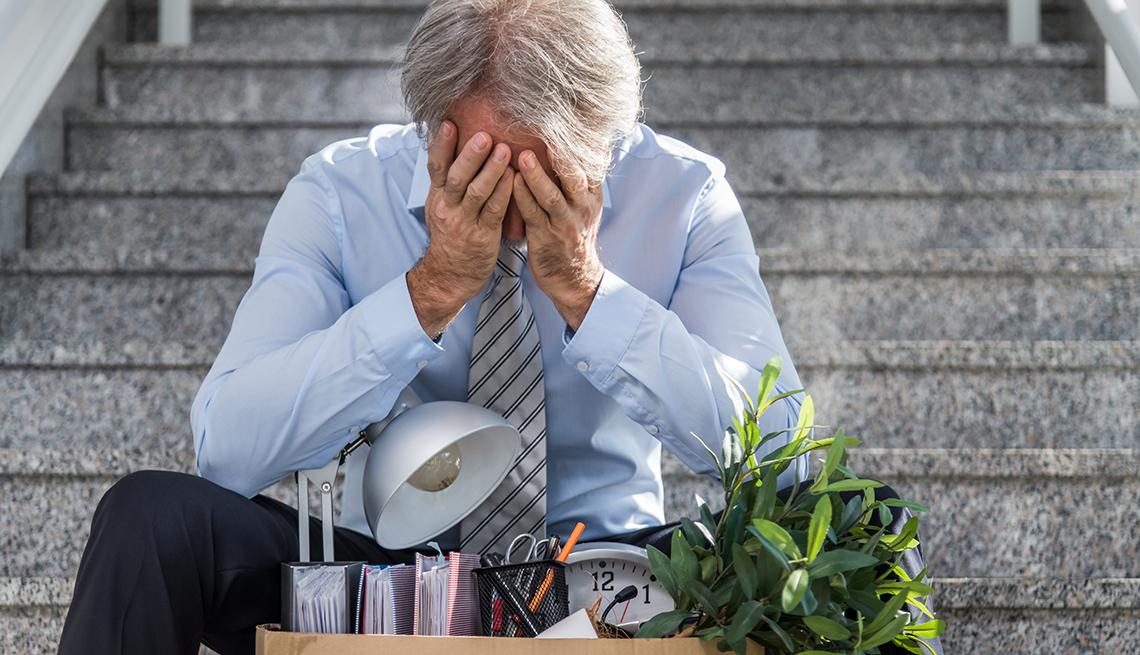 Un hombre mayor después de ser despedido de su trabajo