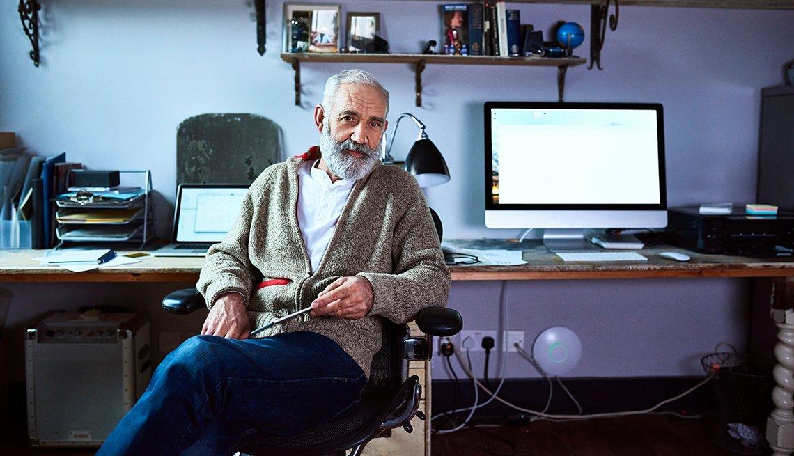 Hombre mayor sentado en un escritorio