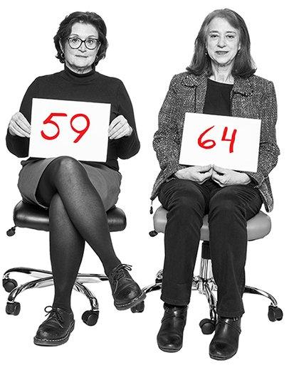 Julianne Taaffe, 59, y Kathryn Moon, 64, sentadas en sillas de oficina sosteniendo letreros con sus edades.