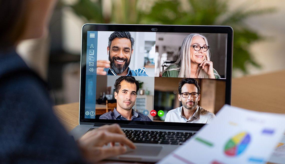 Persona participando en una videoconferencia con cuatro personas más.