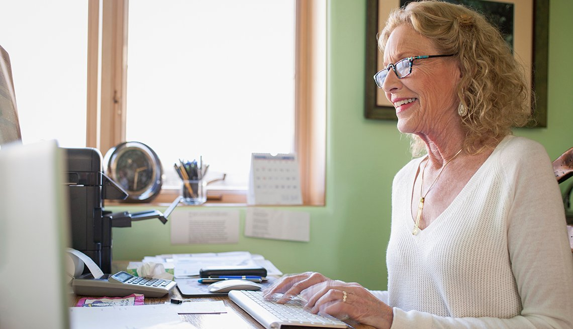 Mujer trabajando desde su oficina en casa.