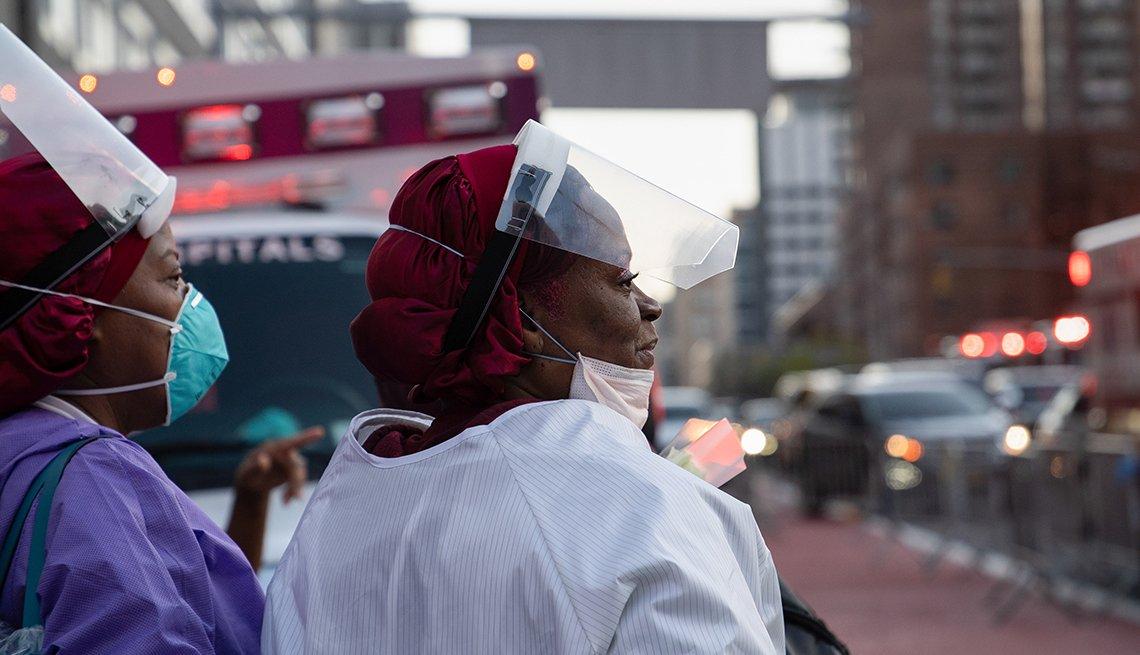 Dos enfermeras en Nueva York recibiendo una ovación de lo bomberos de la ciudad por su labor en la pandemia.