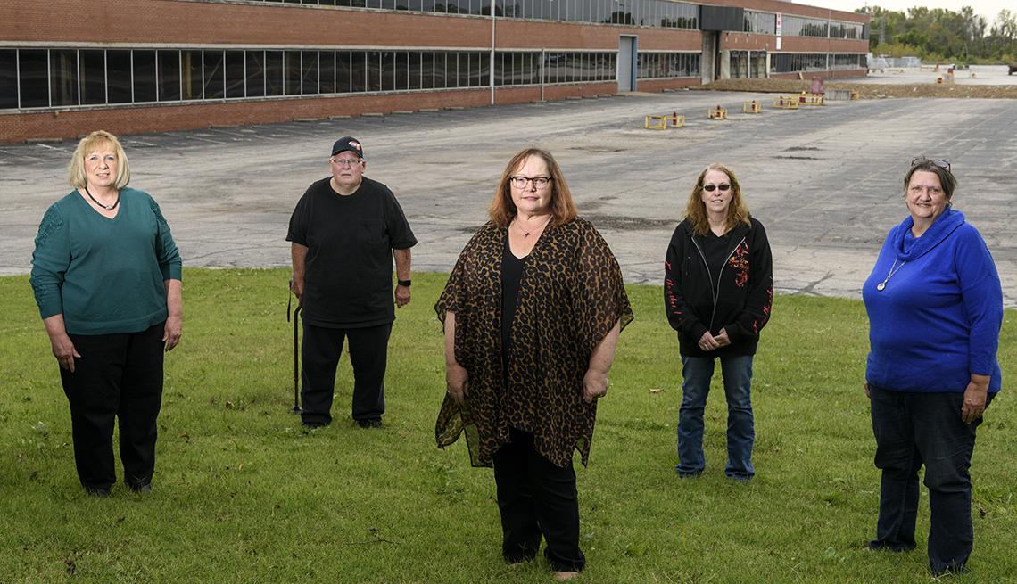 Ex empleados de Whirpool de izq. a der. Nick Pope, Tami Bottoms, Marsha Luttrell y Jean Mayberry frente a la fábrica en Evansville, Indiana, octubre 3, 2020.