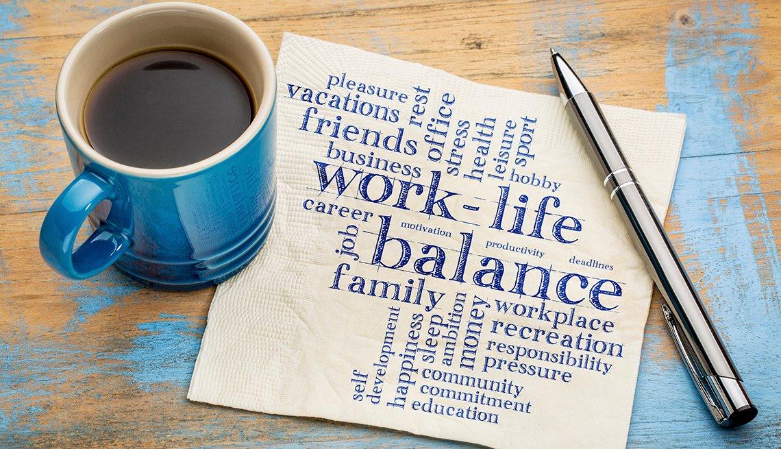 Tasa de café al lado de un lapicero y una servilleta que dice equilibrio entre el trabajo y la vida, la familia, entre otros
