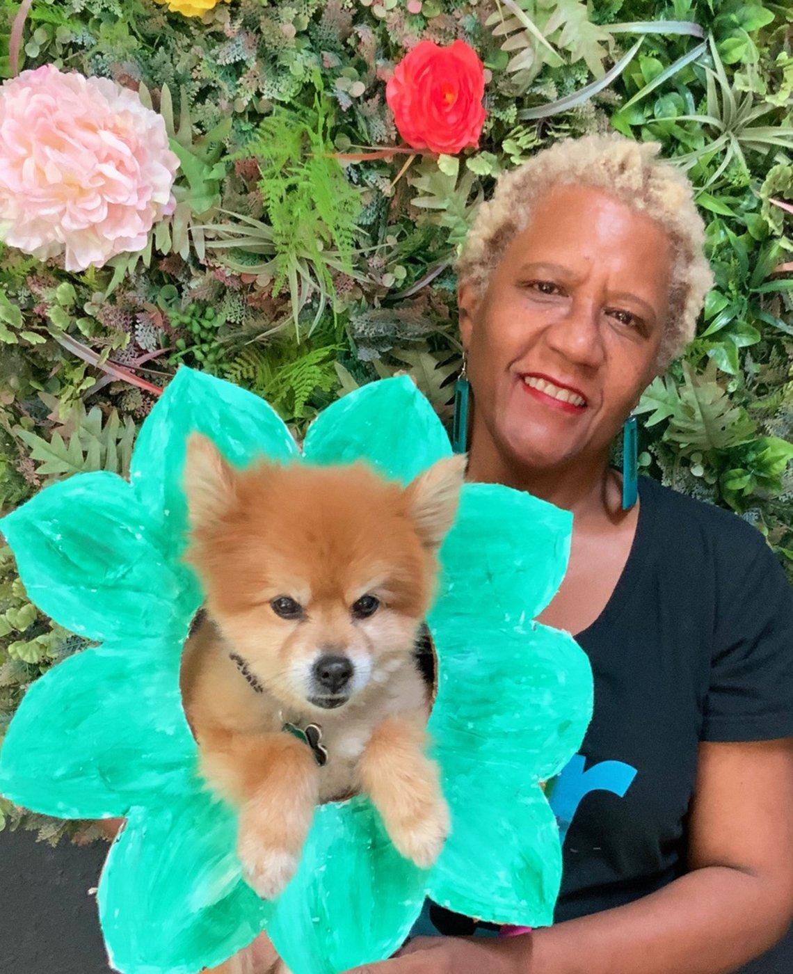 Judi Townsend, 63, sostiene a un cachorro quien es su cliente, Oakland, California