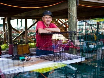 Pescadores y la mancha de petróleo