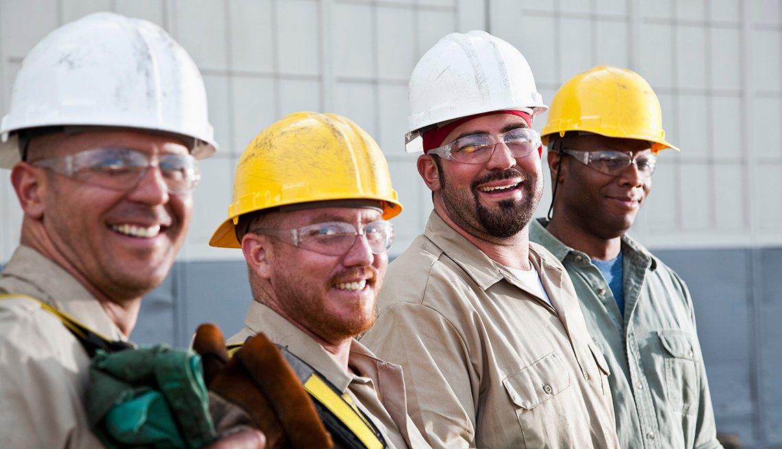 Grupo de trabajadores de la construcción sonriendo