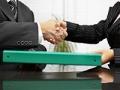 Dos personas dándose la mano - Derechos laborales