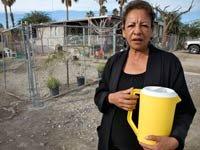 Mujer con una jarra de agua - Inseguridad económica hispana