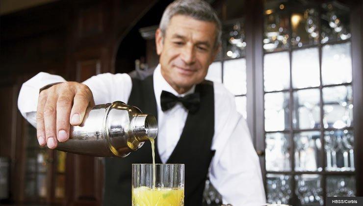 Barman mayor sirviendo un trago